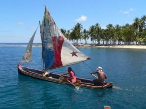 Pirogue Kuna aux couleurs de Panama